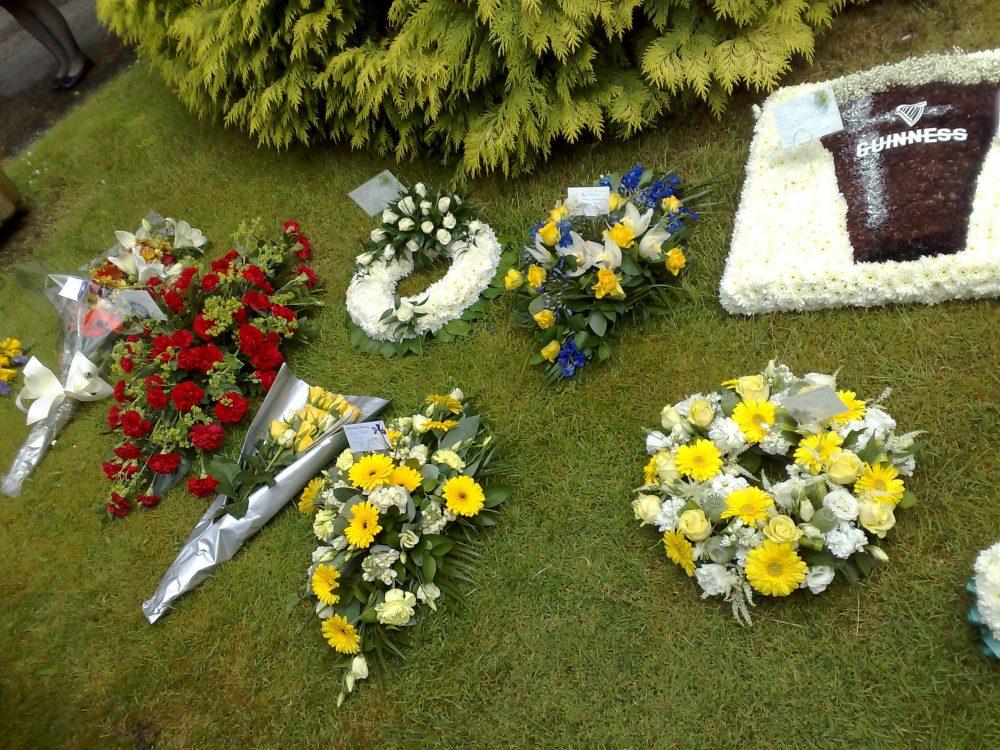 Избор на подходящи цветя и кетъринг за погребение